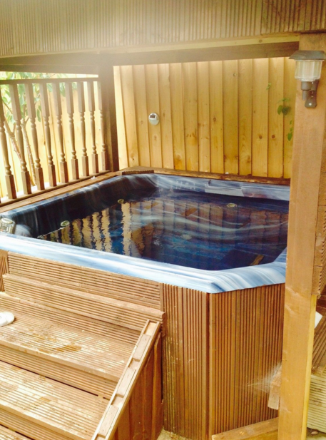 Beautiful cottage with hot tub weekends mini breaks for Cottages with sauna and hot tub